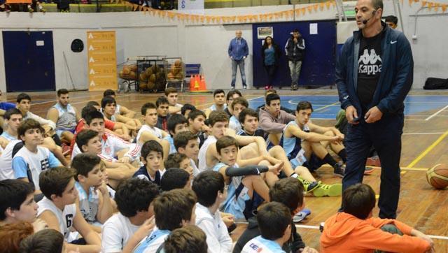 Un lujo: Sergio Hernández brindó una clínica de básquet en el Club GEI