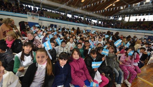 Alumnos del distrito prometieron fidelidad a la bandera