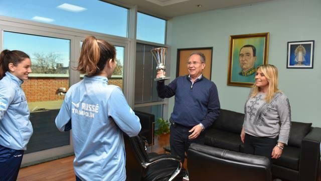 El Intendente Descalzo y la Senadora Campo entregaron subsidio a las deportistas Podestá
