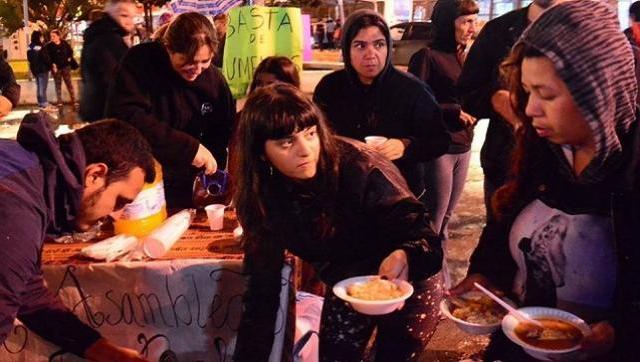 Solidaridad al palo: reparten comida caliente todos los domingos en Ituzaingó