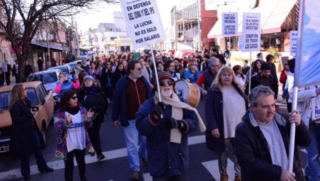 Docentes marcharon por Morón en defensa de la educación