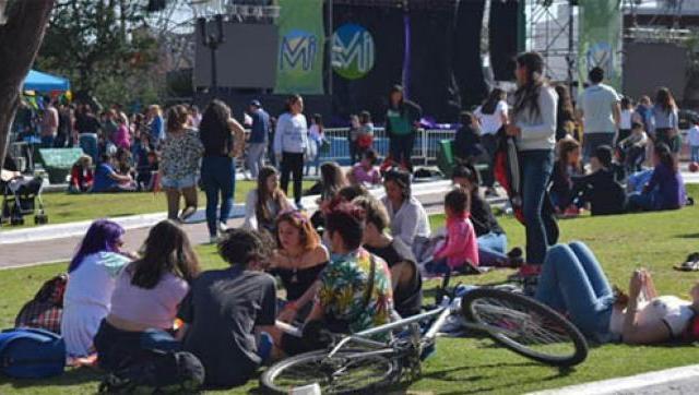 Miles de personas en los festejos por el Día de la Primavera
