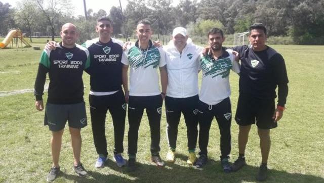 En la foto Carlos Casteglione (DT) Alberto Gómez (ay. De campo), Agustín Casteglione (prep. Físico), Lautaro Gramundo (analista de videos), junto al profe Nicolás Vezzoni y el entrenador de arqueros Mariano Sánchez.