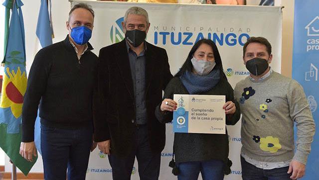 Entrega de créditos casa propia para familias de Ituzaingó